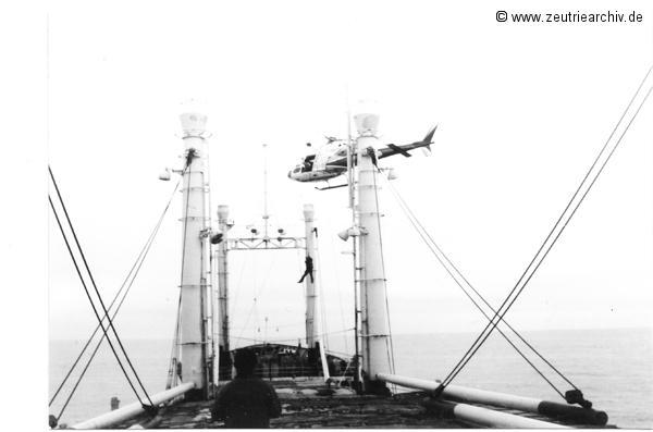 Lotsenübernahme aus der Luft beim Einlaufen in Bordeaux der MS Zeulenroda
