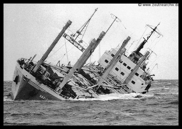 Das Bild zeigt das Schiff den Holzfrachter MS Karlshorst ein Schwesterschiff der MS Zeulenroda kurz vor dem Untergang im Jahr 1977 vor den Lofoten bereits mit Schlagseite