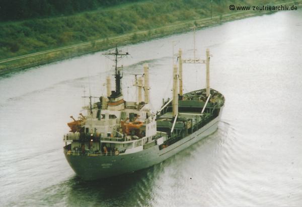 Bild von Fotograf Norbert Pilz, MS Hellerau, Heimathafen Rostock DDR, Nord Ostsee Kanal, unterhalb der Kanalbrücke Kiel Holtenau, August 1988