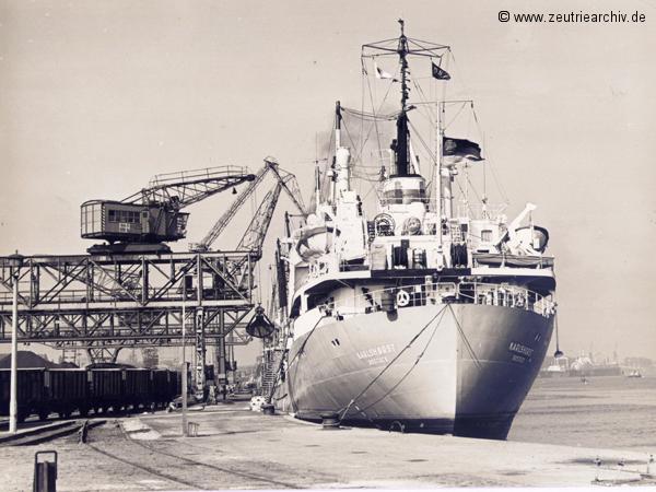 Das Schiff MS Karlshorst im Hafen, ein Schwesterschiff der MS Zeulenroda