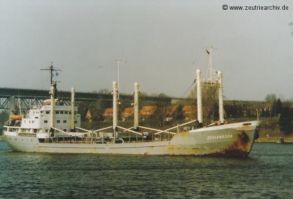 Bild der MS Zeulenroda, Heimathafen Rostock DDR, Nord Ostsee Kanal, Kanalbrücke Kiel Holtenau, März 1990, Fotograf Norbert Pilz