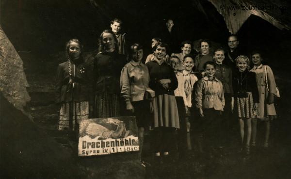 """Eine Klasse der """"Friedrich-Engels-Schule"""" Falkensee während ihres Ferienaufenthaltes in Zeulenroda beim Ausflug in die Drachenhöhle Syrau."""
