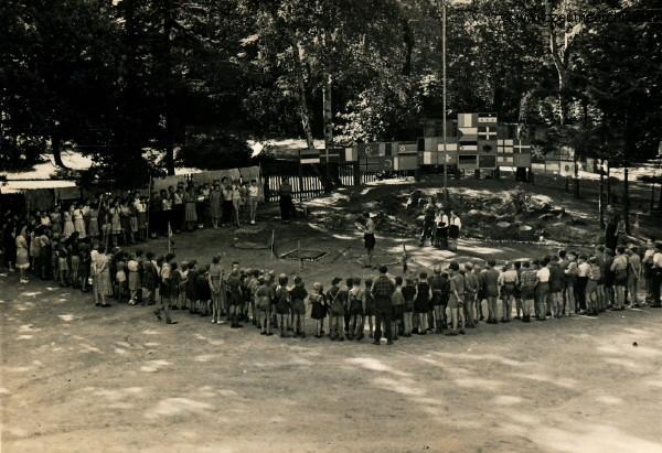 Ferienlager 1958  in Neugersdorf,die Jungs nähen sich Käppis, Material überlassen von einem Textilbetrieb.