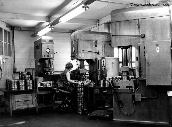 Fotos innen und außen aus mehreren Jahrzehnten der VEB Drahtweberei Neustadt Orla Betriebsteil Zeulenroda Baderschneider Lenzner DDR heute Zeuro Zeutrie Möbel